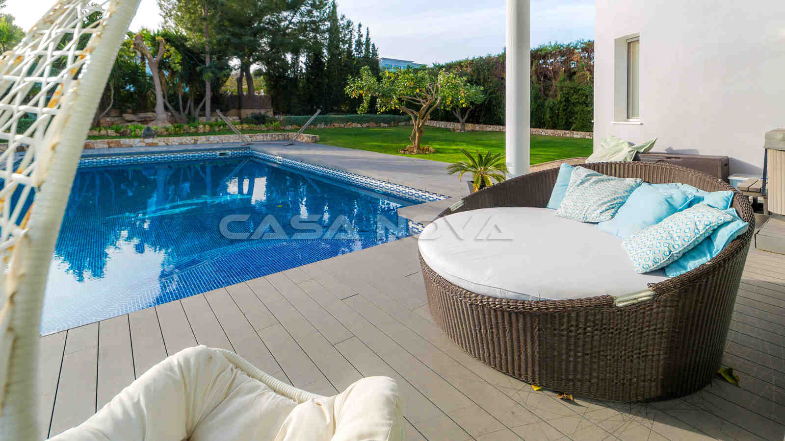 Stilvoll Eingerichteter Terrassenbereich mit Pool