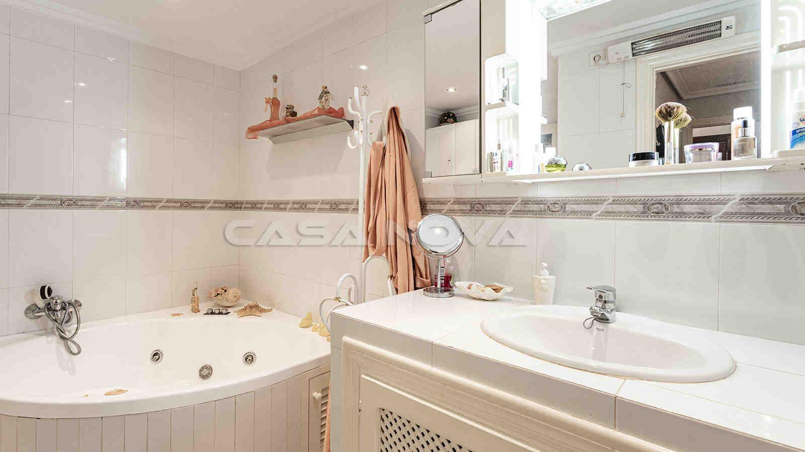 Grosses Badezimmer mit Badewanne