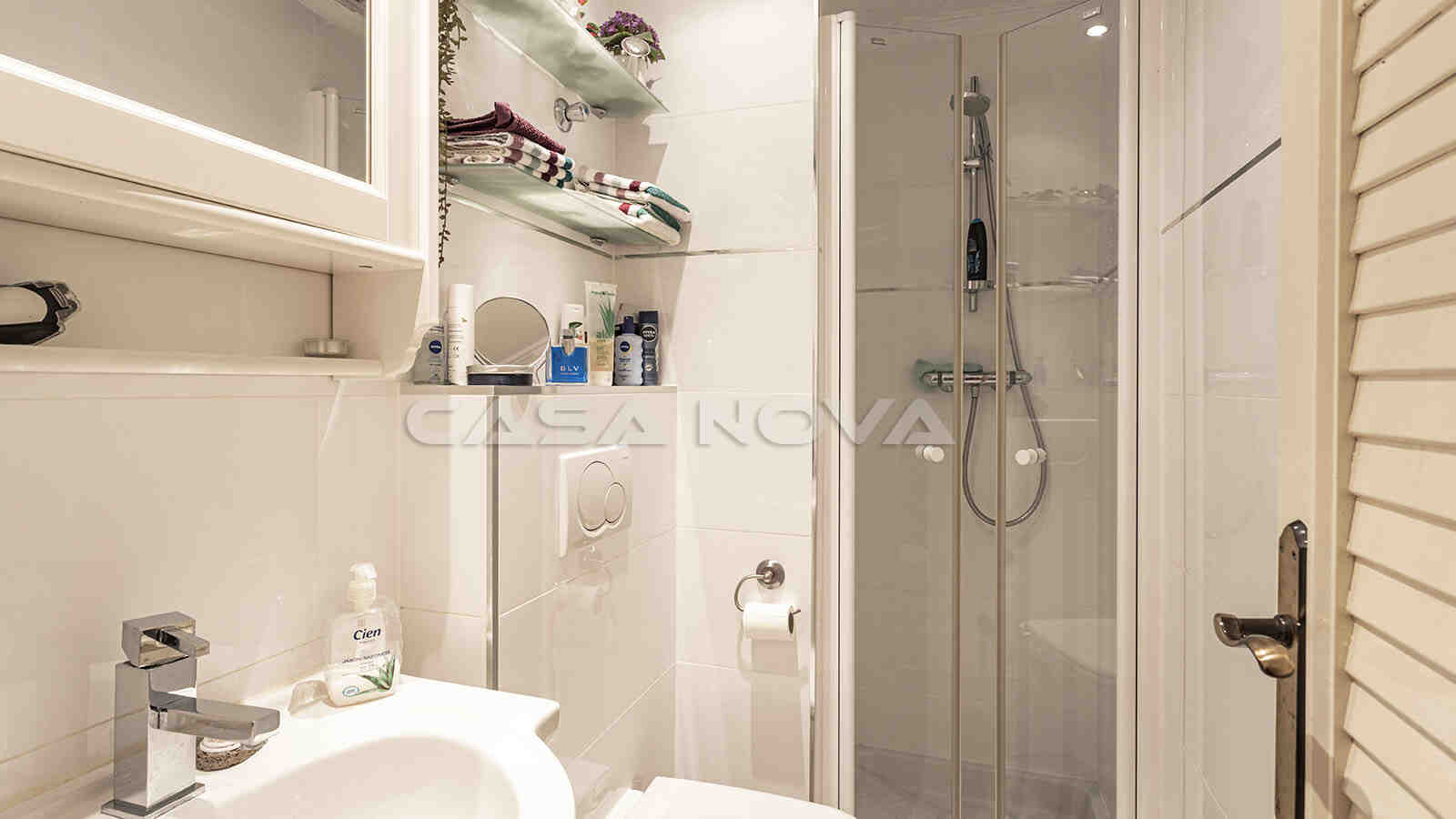 Schickes Bad mit Dusche