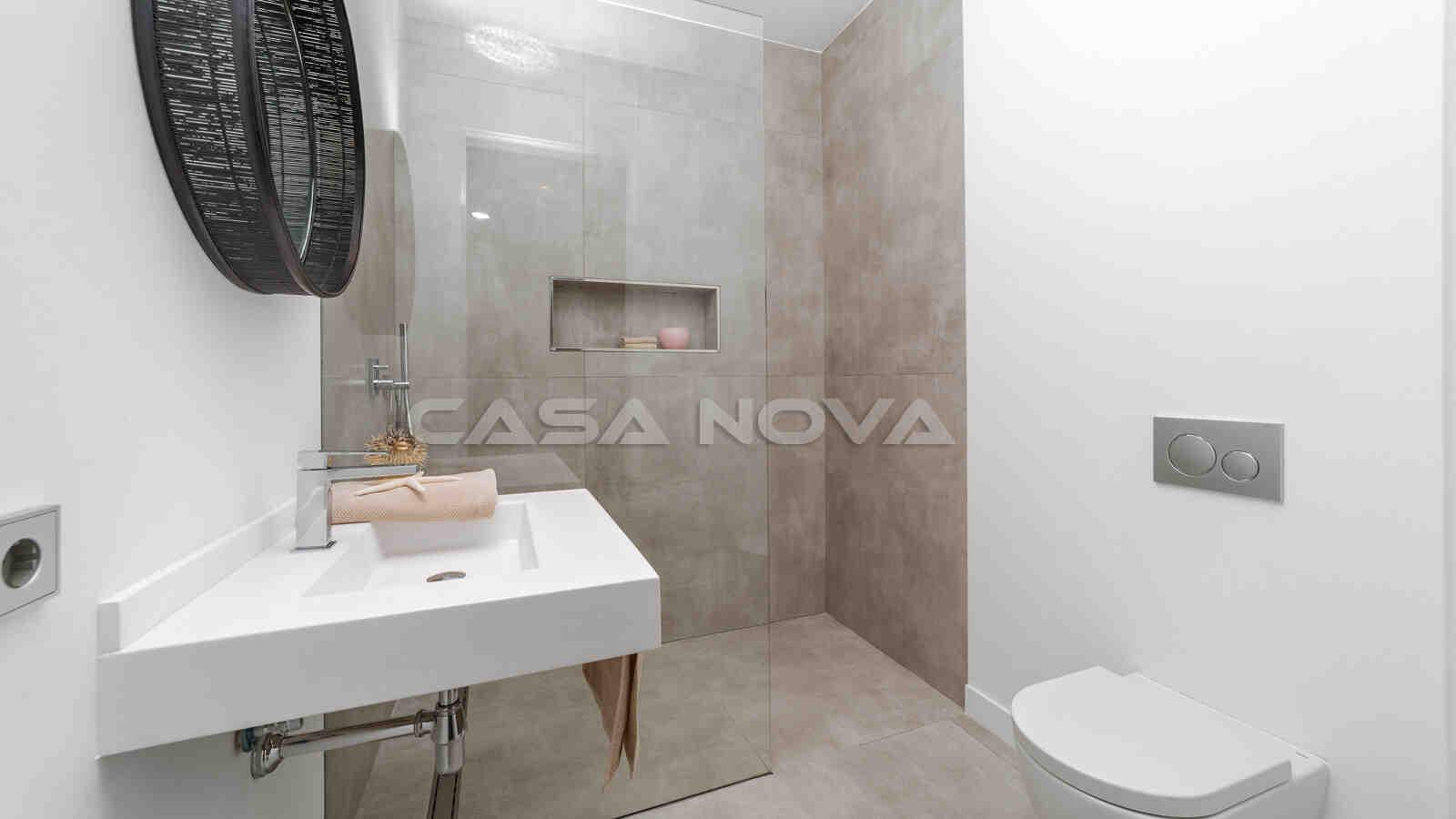 Badezimmer mit modernen Armatouren