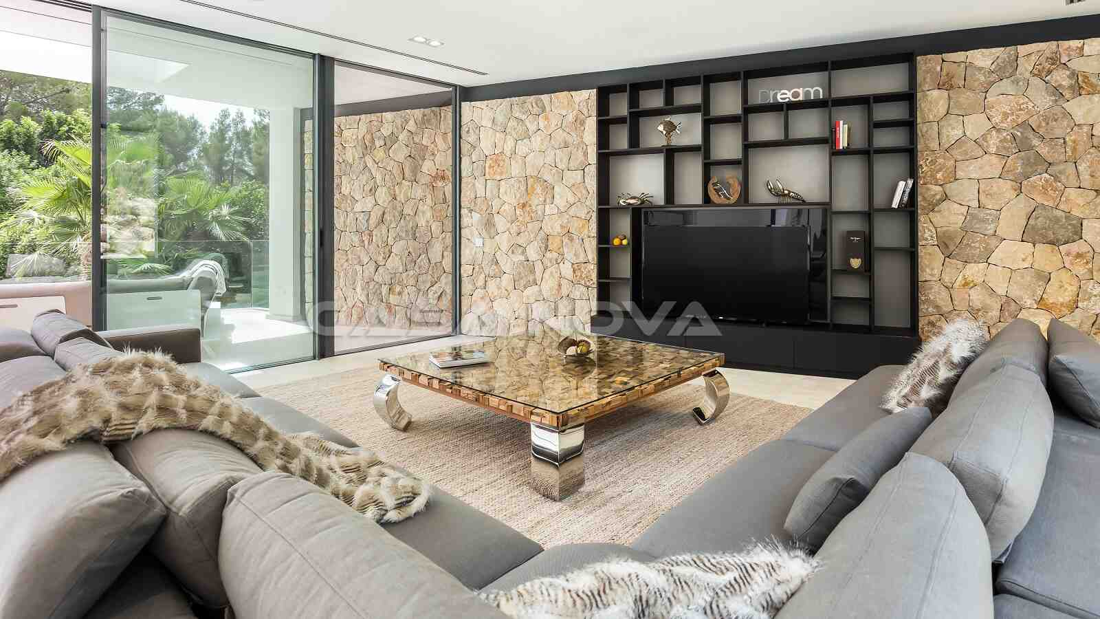 Modernes Wohnzimmer mit Steinverkleidung