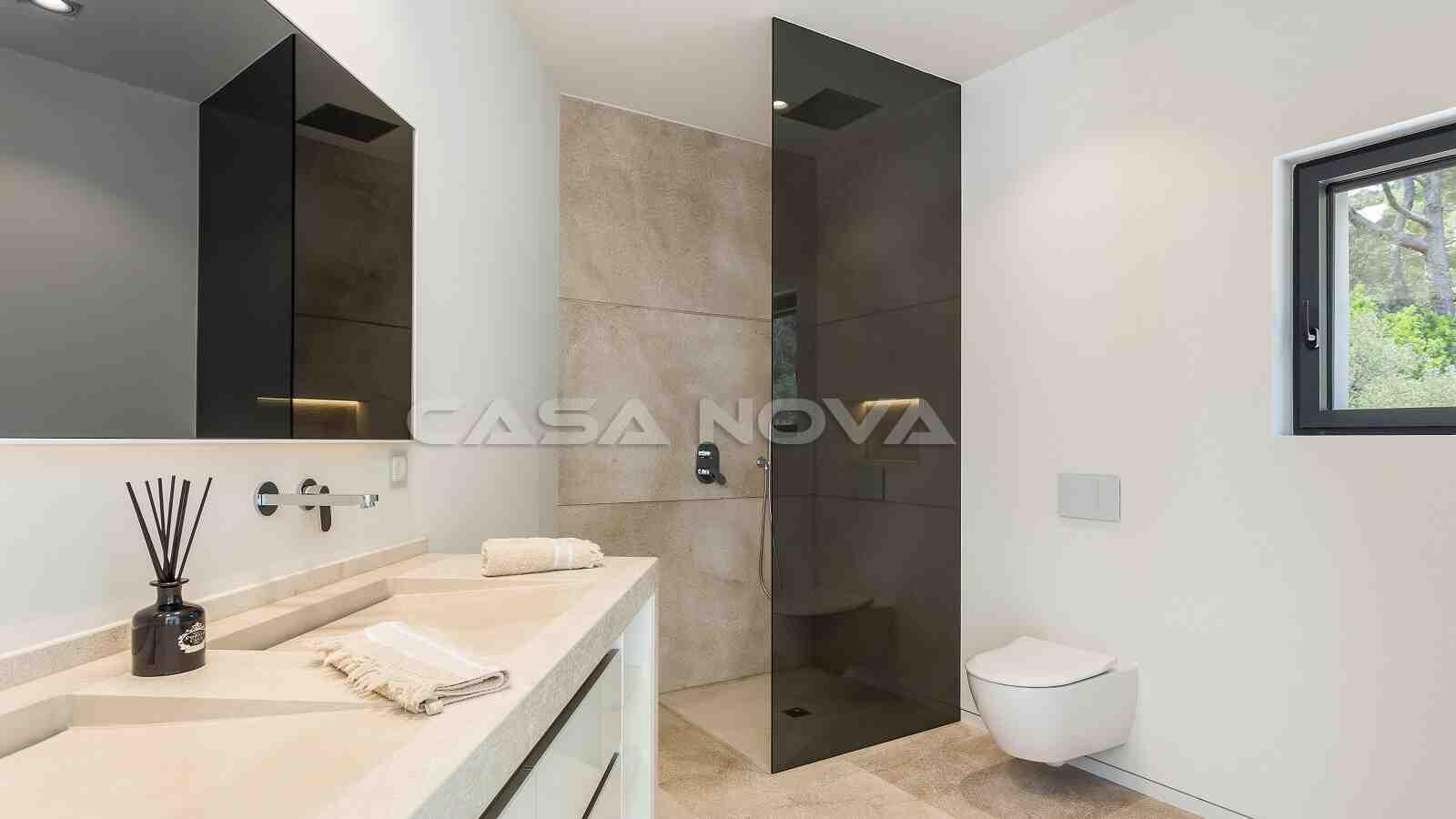 Stilvoll eingerichtetes Bad mit Dusche