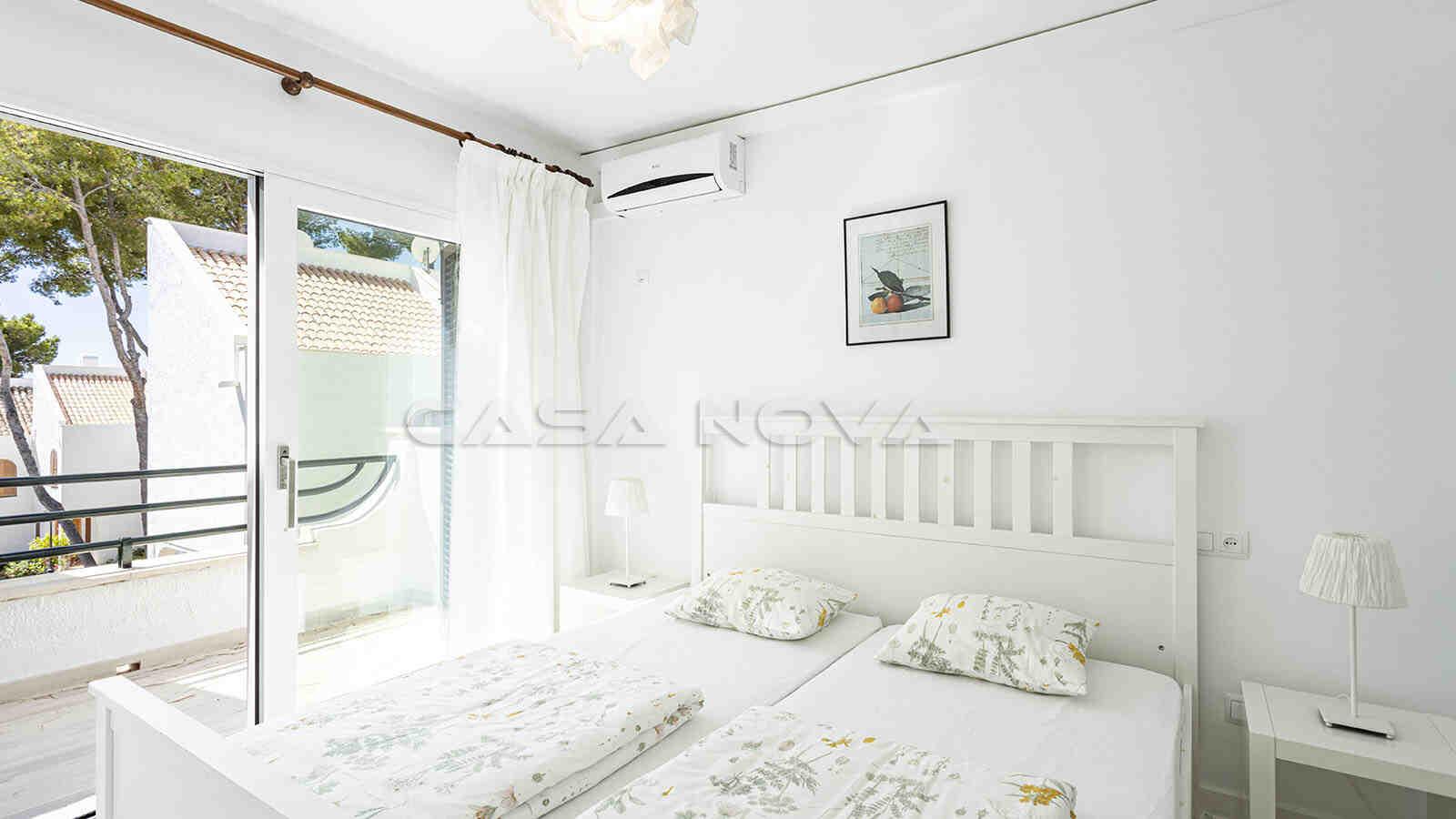 Helles Doppelschlafzimmer mit kleiner Terrasse