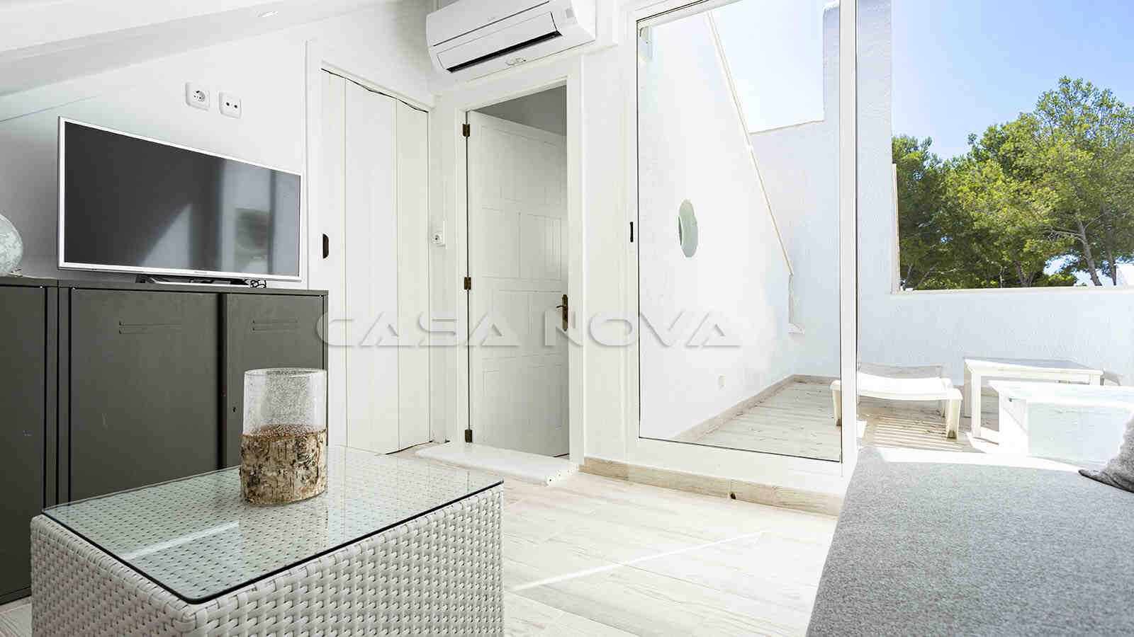 Modern eingerichtetes Schlafzimmer mit kleiner Terrasse