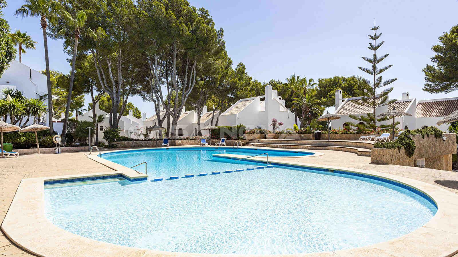 Gepflegter Gemeinschaftsbereich mit Swimmingpool