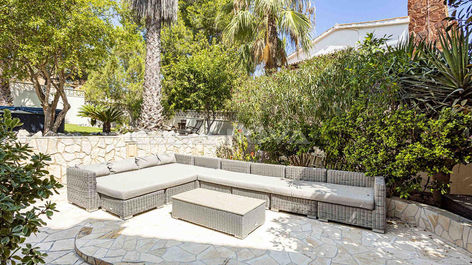 Loungebereich mit Sitzecke auf dem Grundstück