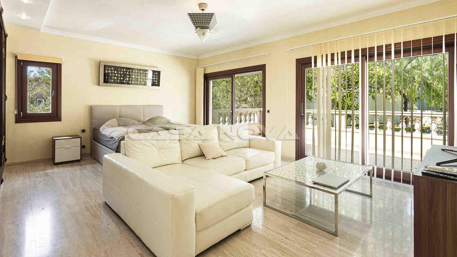 Hauptschlafzimmer mit privatem Wohnbereich und Terrasse