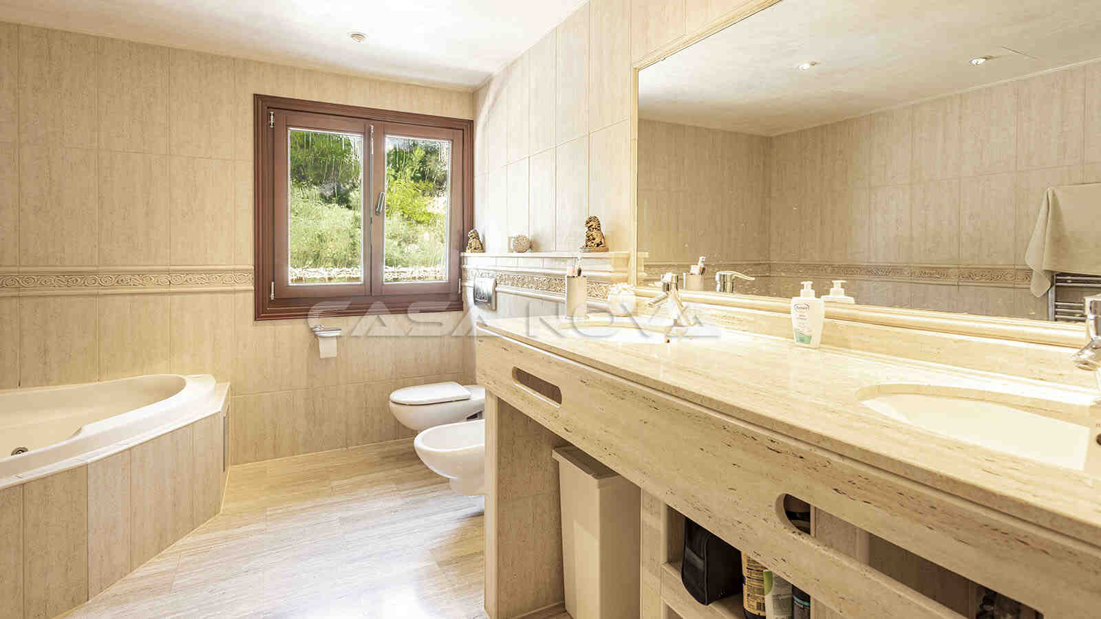Großes Badezimmer mit Badewanne