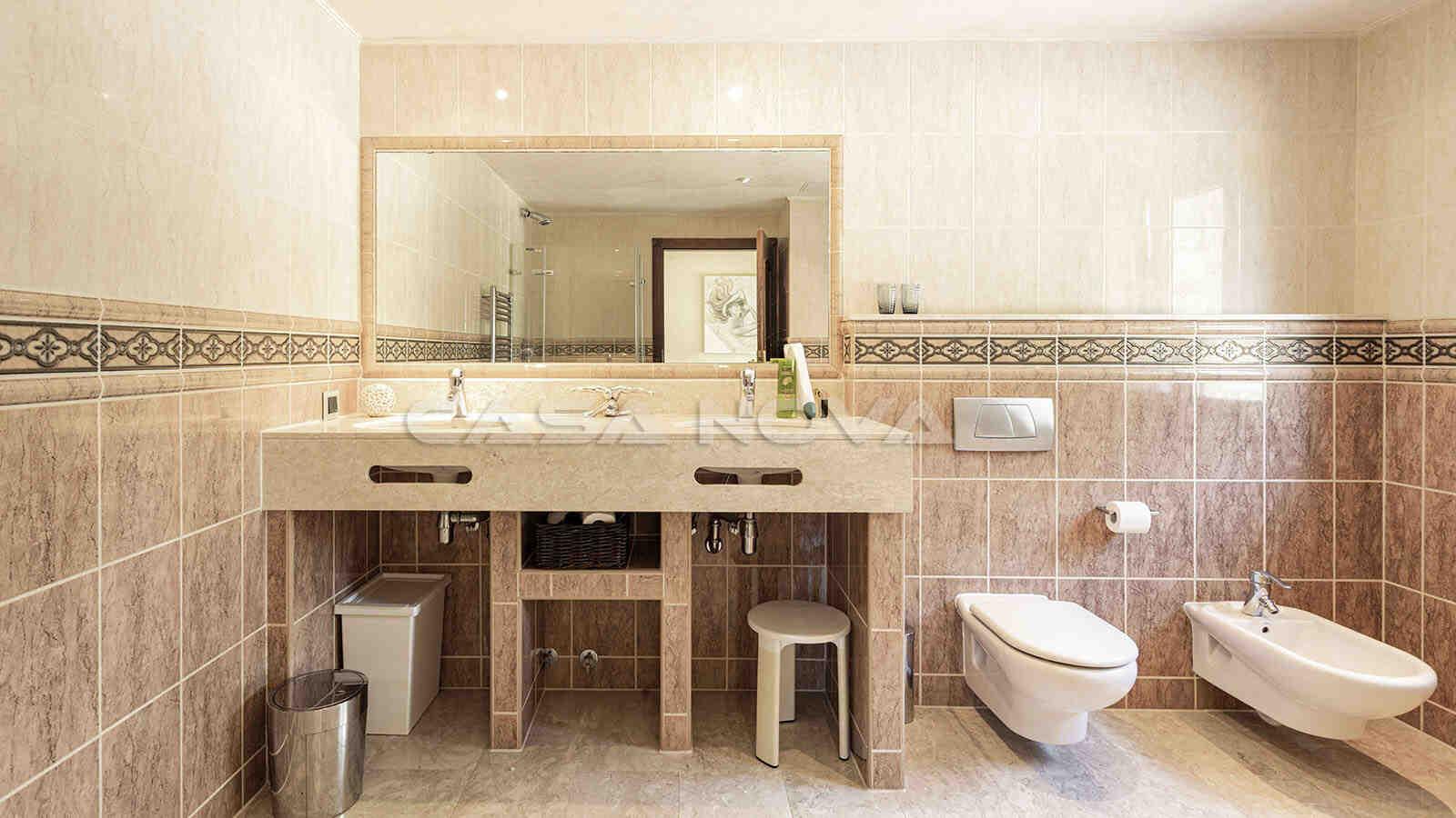 Mediterranes Badezimmer mit Doppelwaschbecken
