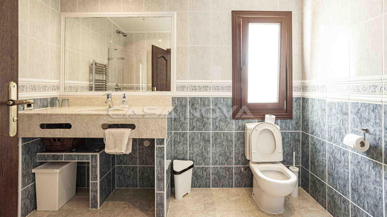 Drittes Badezimmer mit mediterranen Akzenten