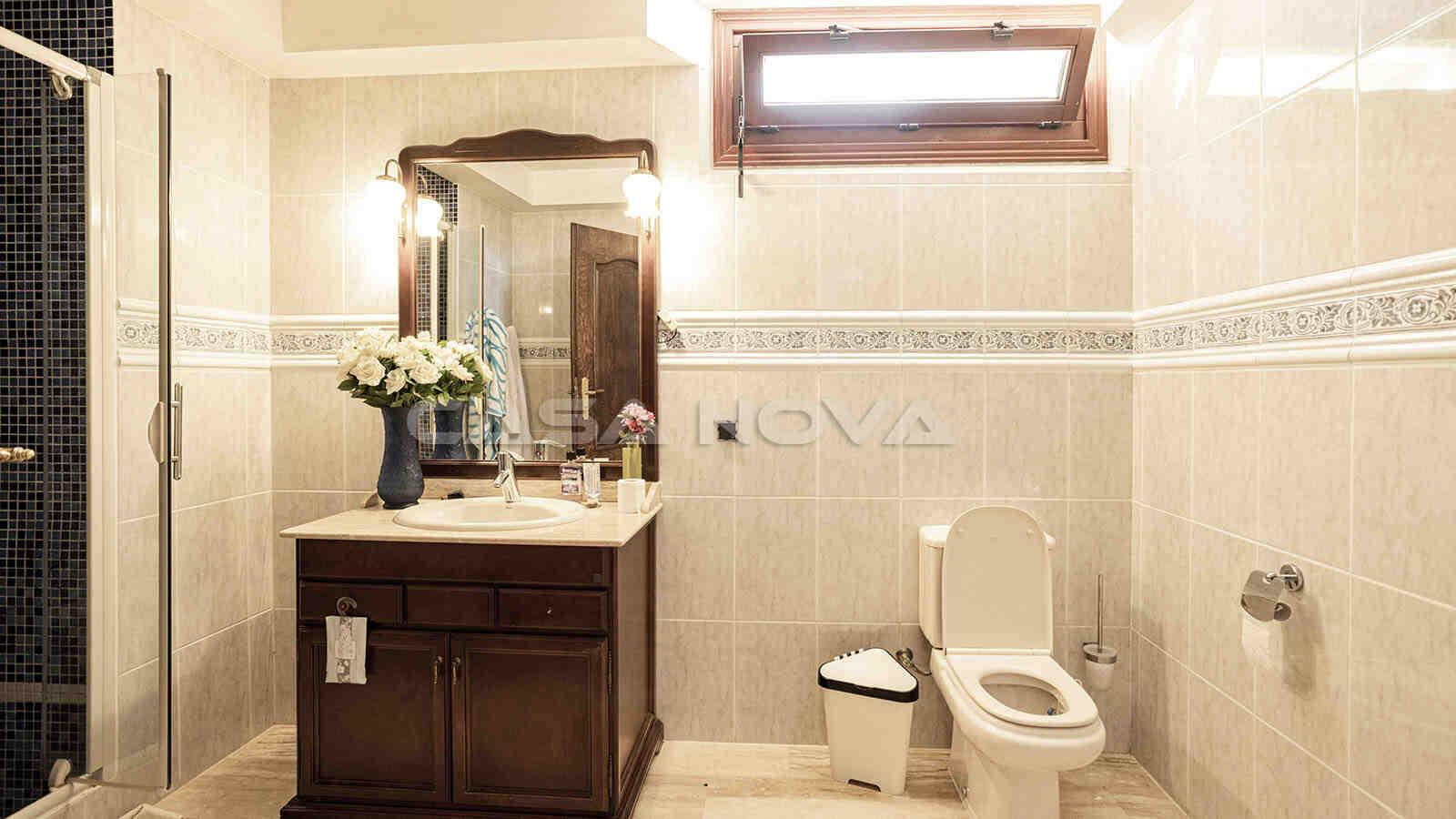 Großzügiges Badezimmer in der unteren Wohnebene