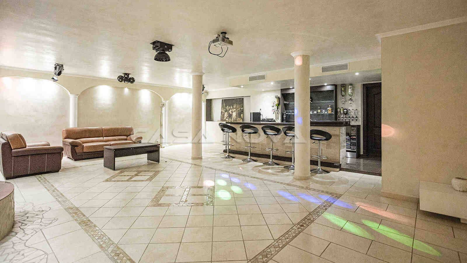 Kellerbereich der Villa mit Bar und Lounge