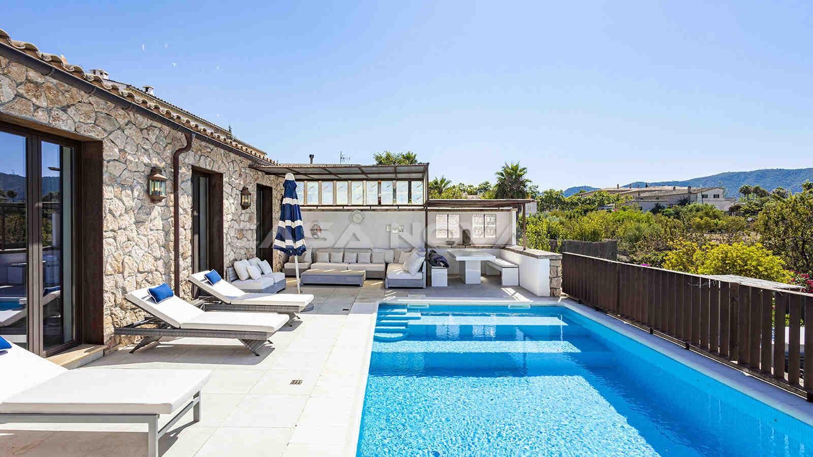 Schöner Poolbereich mit Lounge und Chillout- Ecke