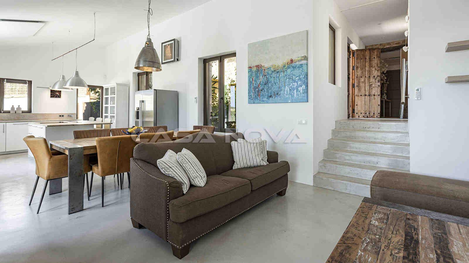 Großer Wohn/ Essbereich mit rustikalen Elementen