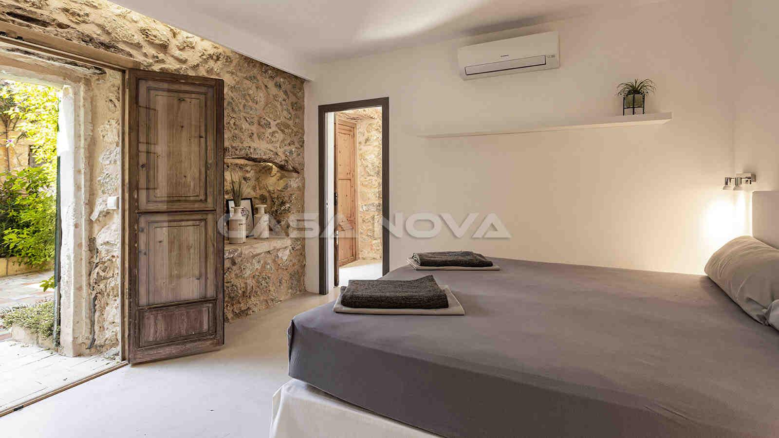Schickes Doppelschlafzimmer mit Zugang zum Außenbereich