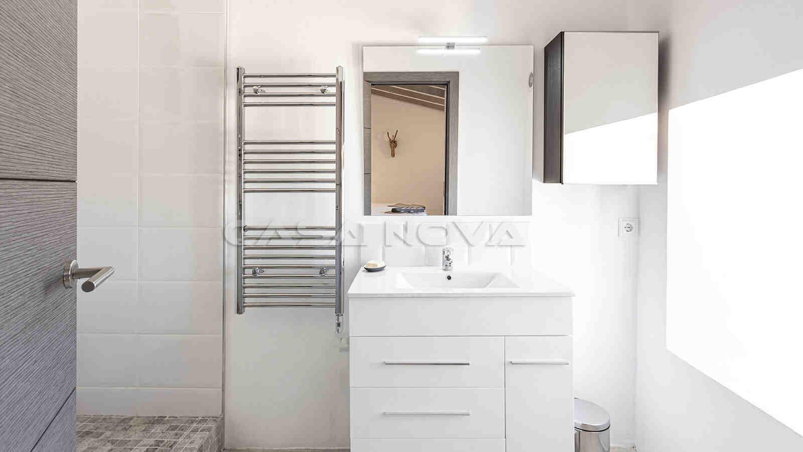 Modernisiertes Badezimmer mit Dusche
