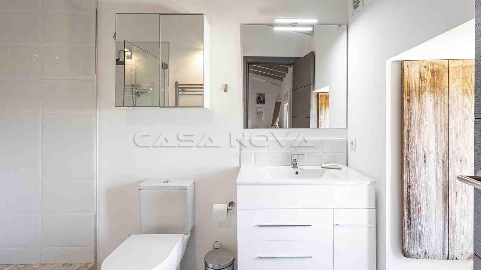 Renoviertes Badezimmer mit rustikalen Akzenten