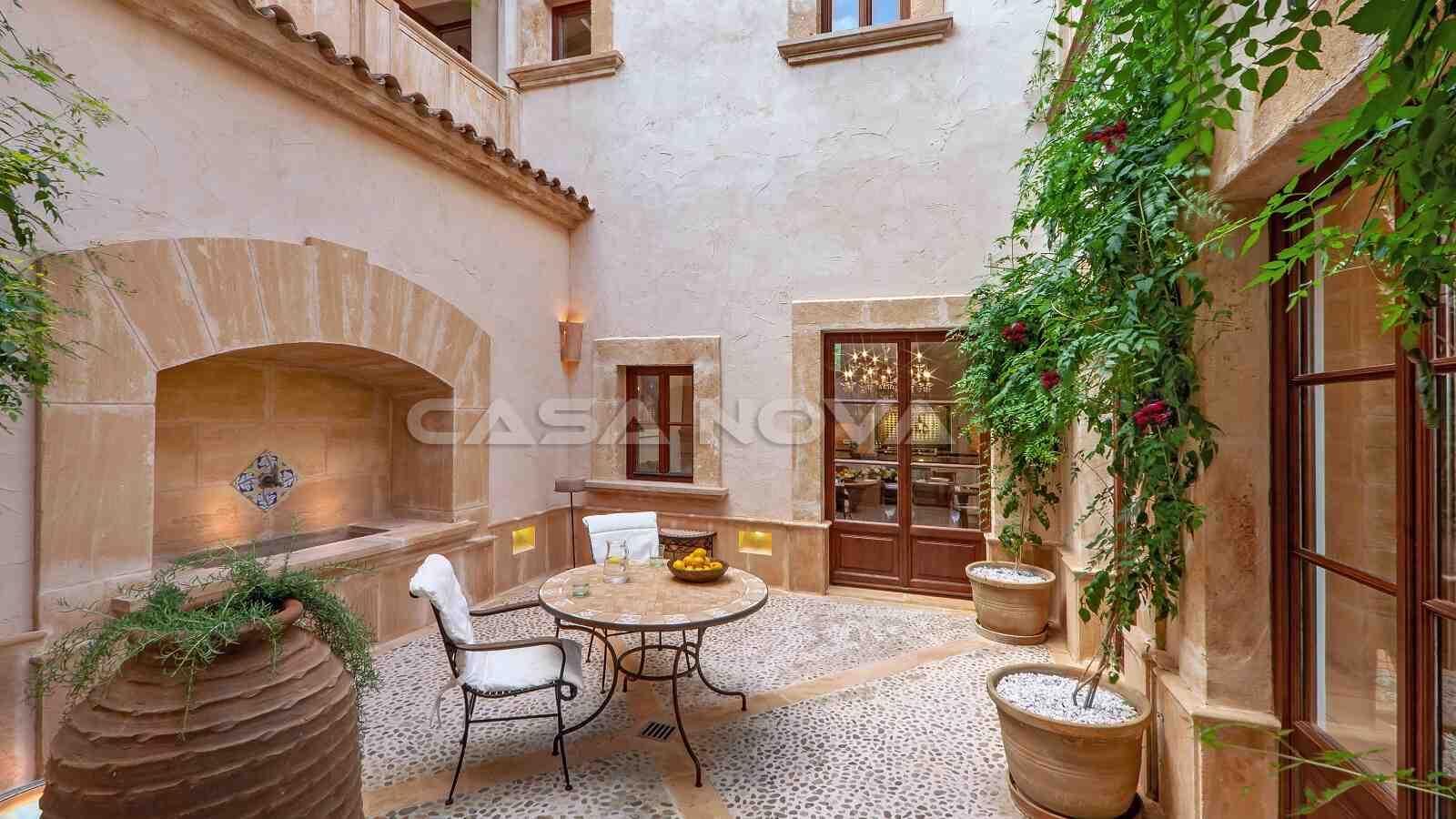 Romantischer Innenhof mit Brunnen