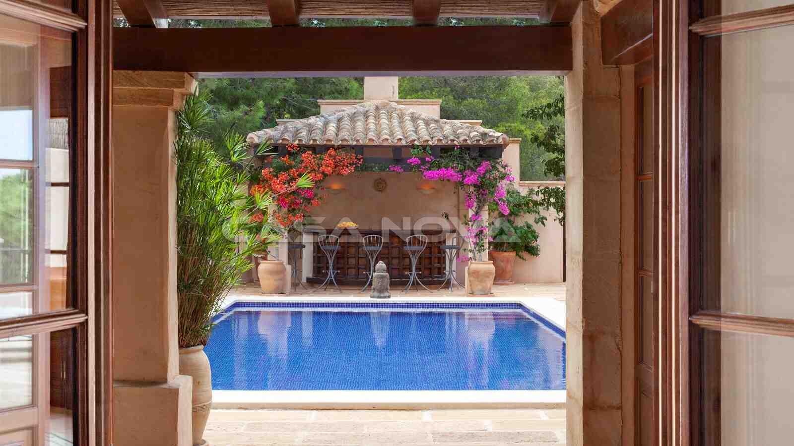 Blick vom Wohnbereich auf den schönen Pool