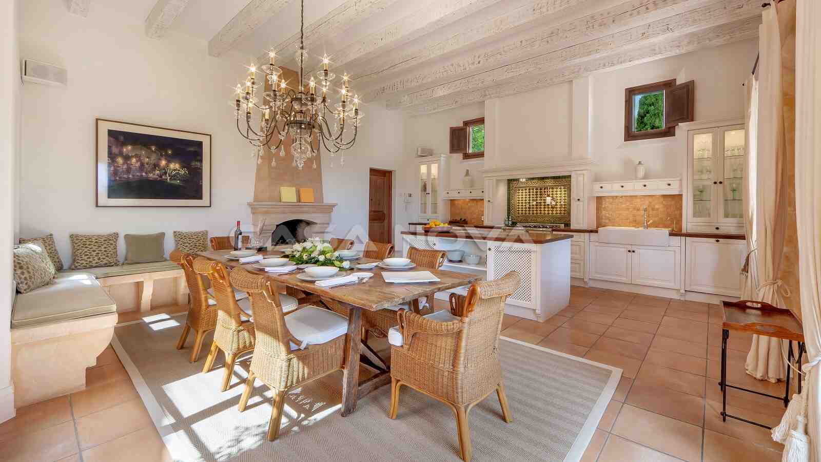 Schönes Esszimmer mit offener Einbauküche