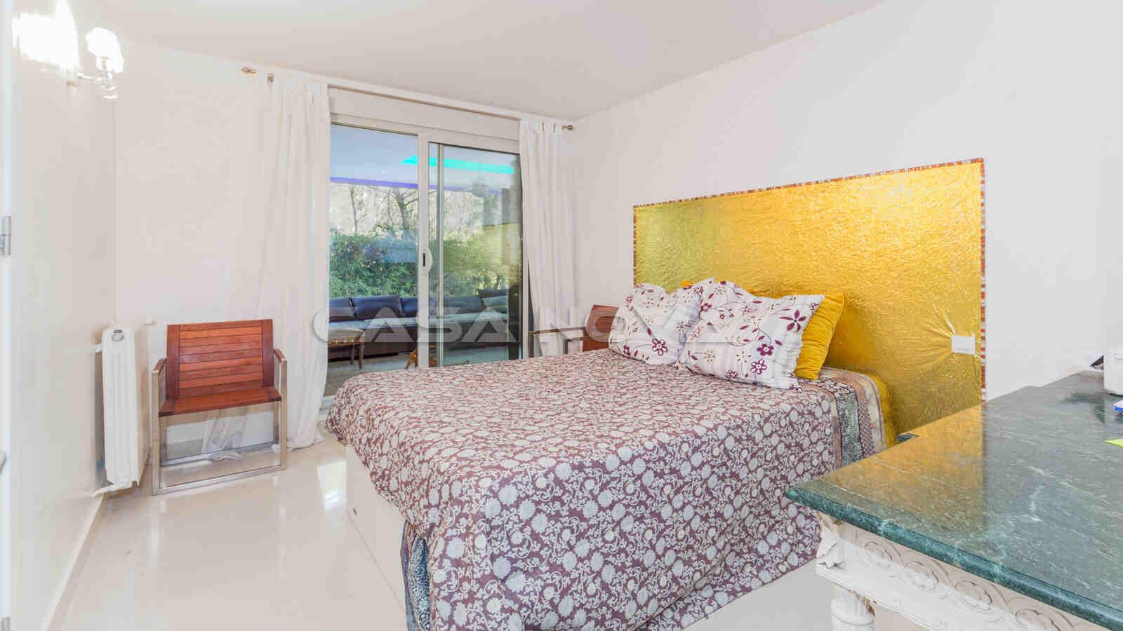 Grosses Schlafzimmer mit hellen Elementen