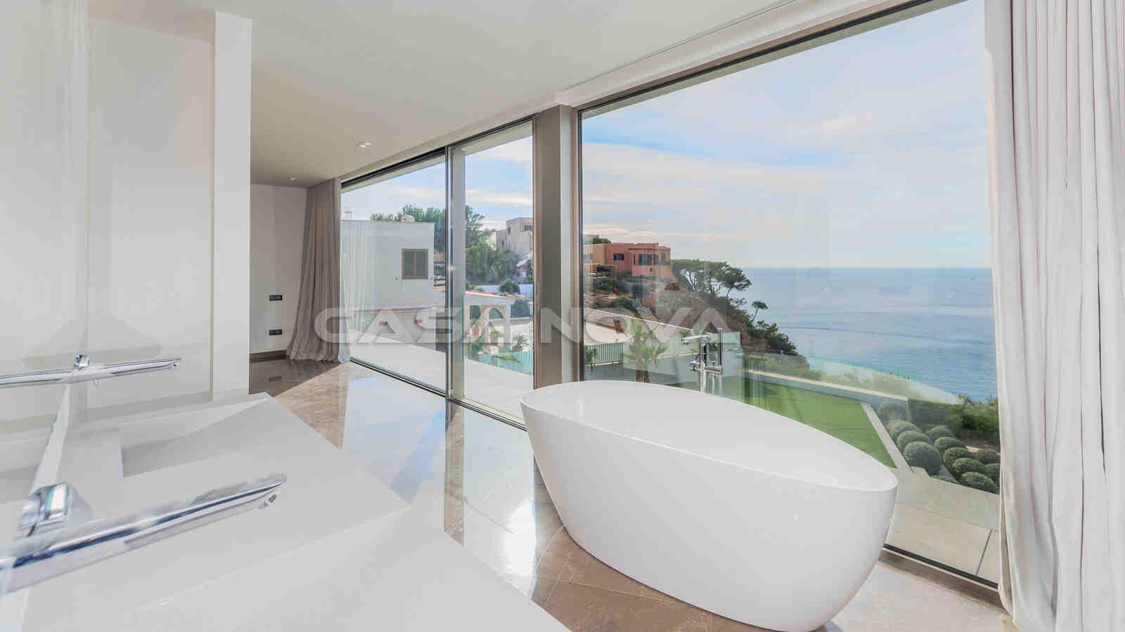 Elegantes Badezimmer mit freistehender Badewanne