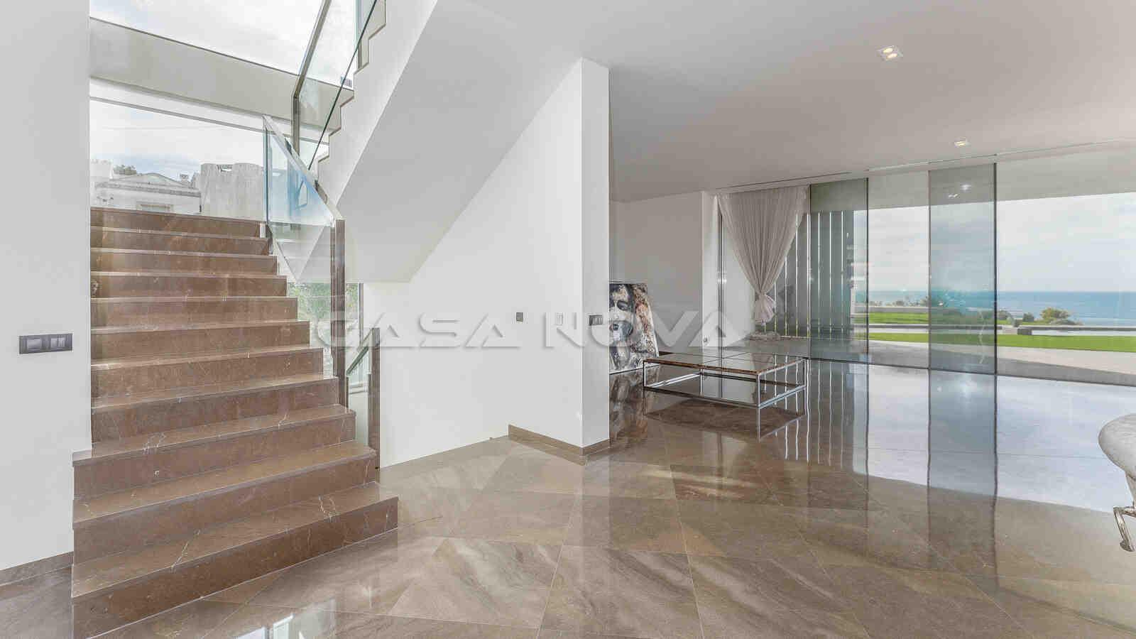 Eleganter und lichtdurchfluteter Treppenaufgang der Mallorca Villa
