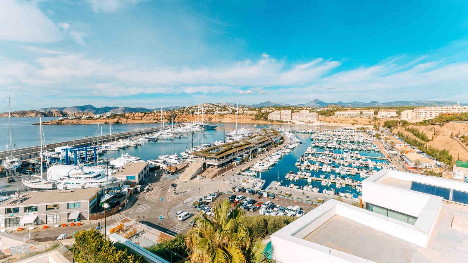 Panorama Blick über den Yachthafen Port Adriano