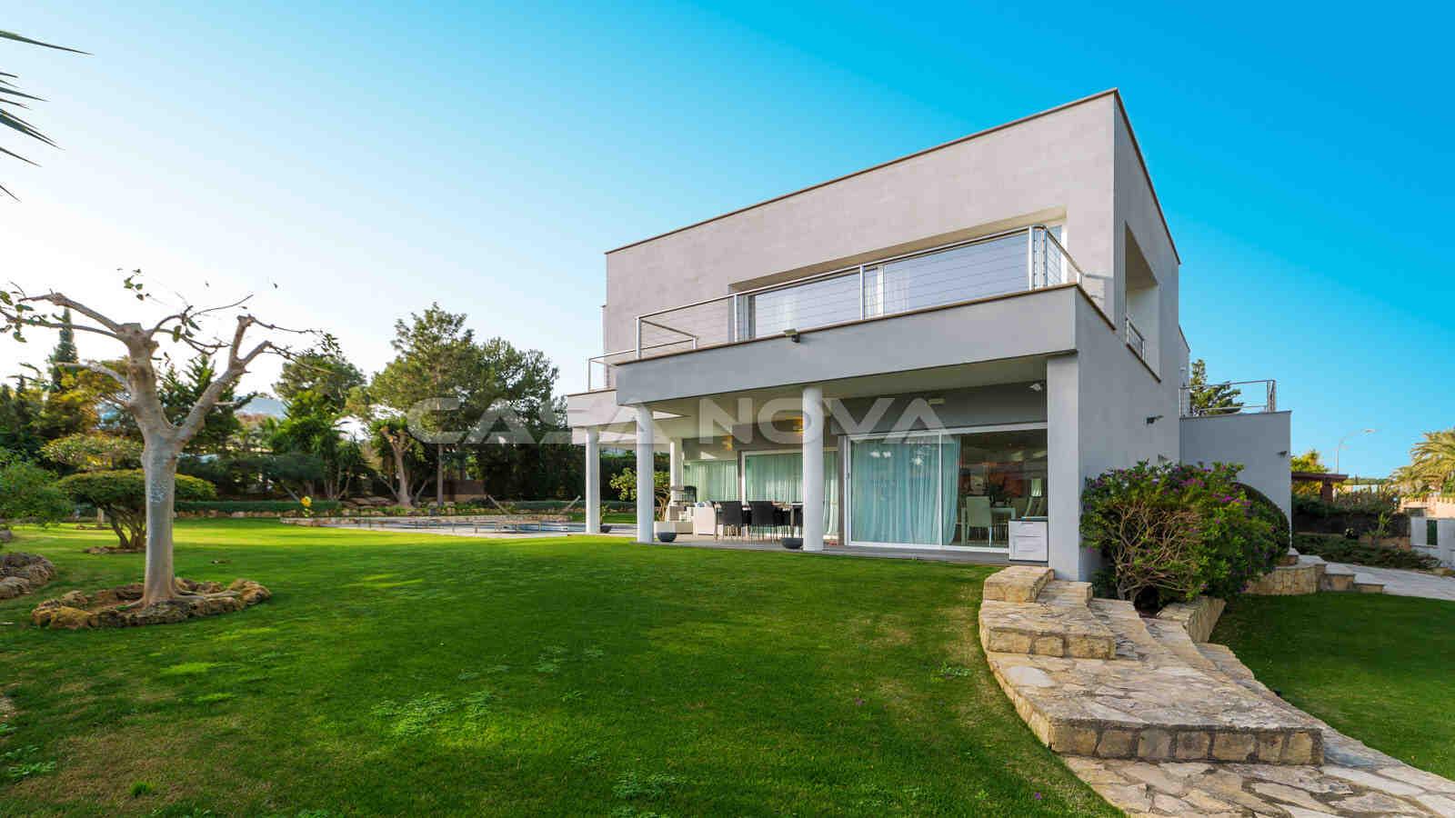 Moderne Villa auf großem Grundstück mit Pool