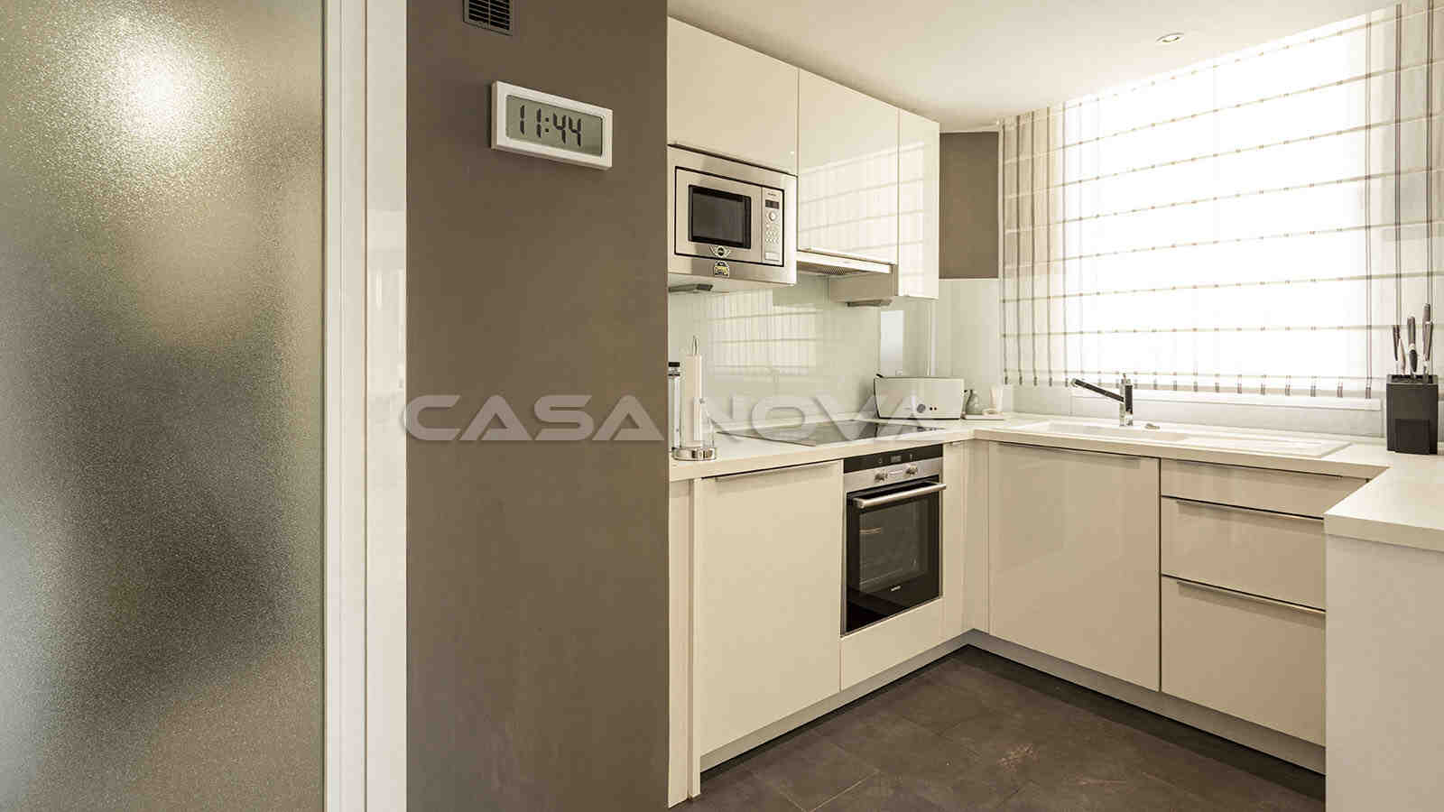 Separate Einbauküche mit Elektrogeräten