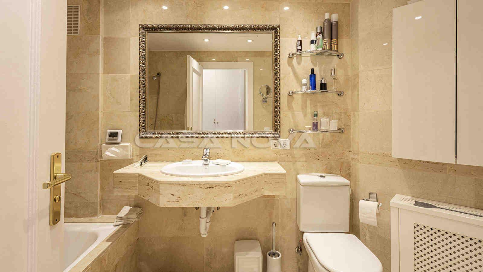 Mediterranes Badezimmer mit Marmorelementen