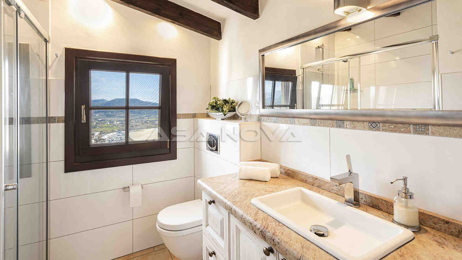 Mediterranes Badezimmer mit Glasdusche und Fenster