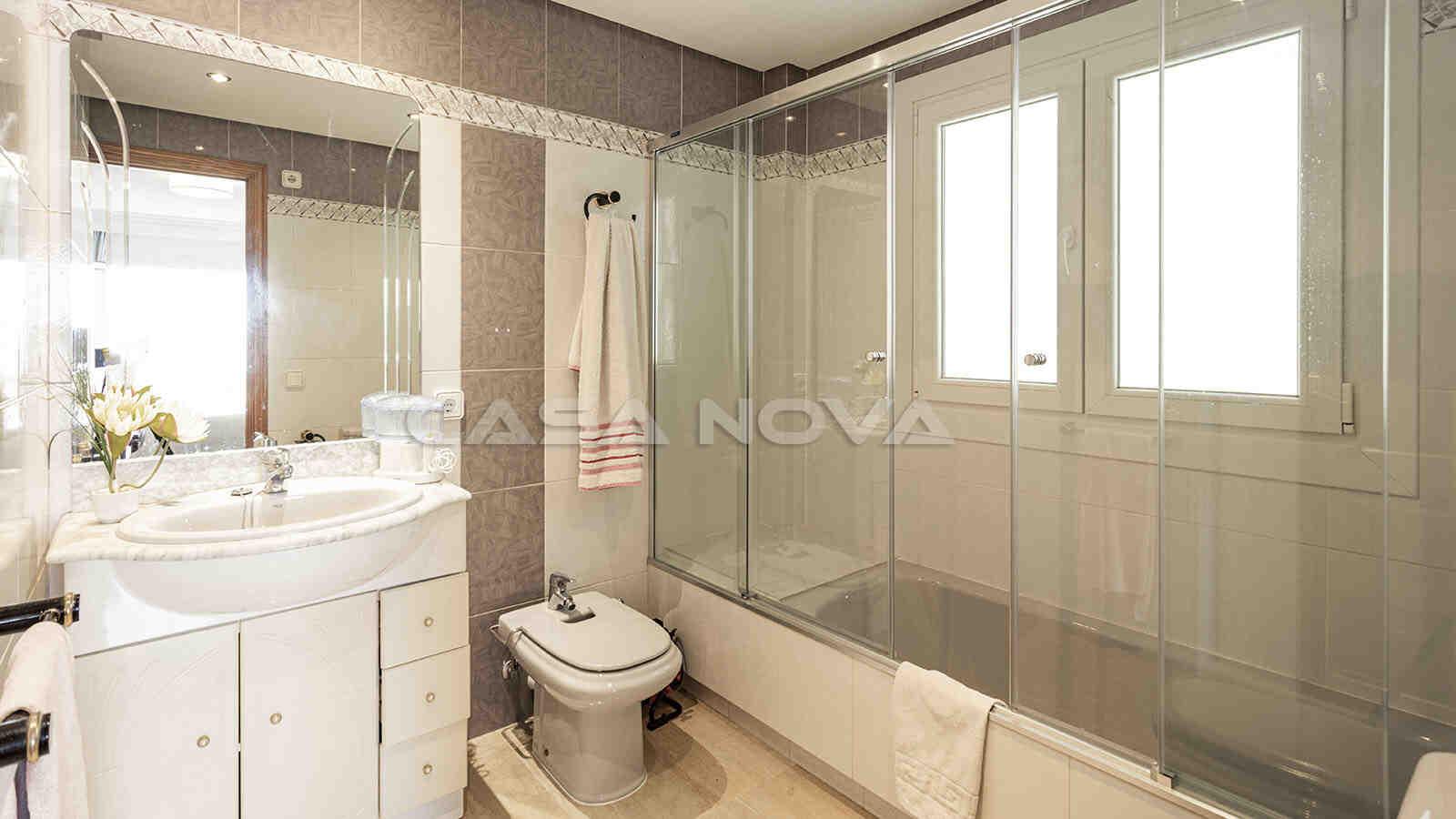 Geräumiges Badezimmer mit Badewanne und Glasdusche