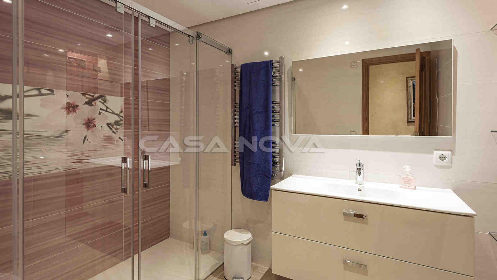 Modernes Badezimmer mit edler Glasdusche