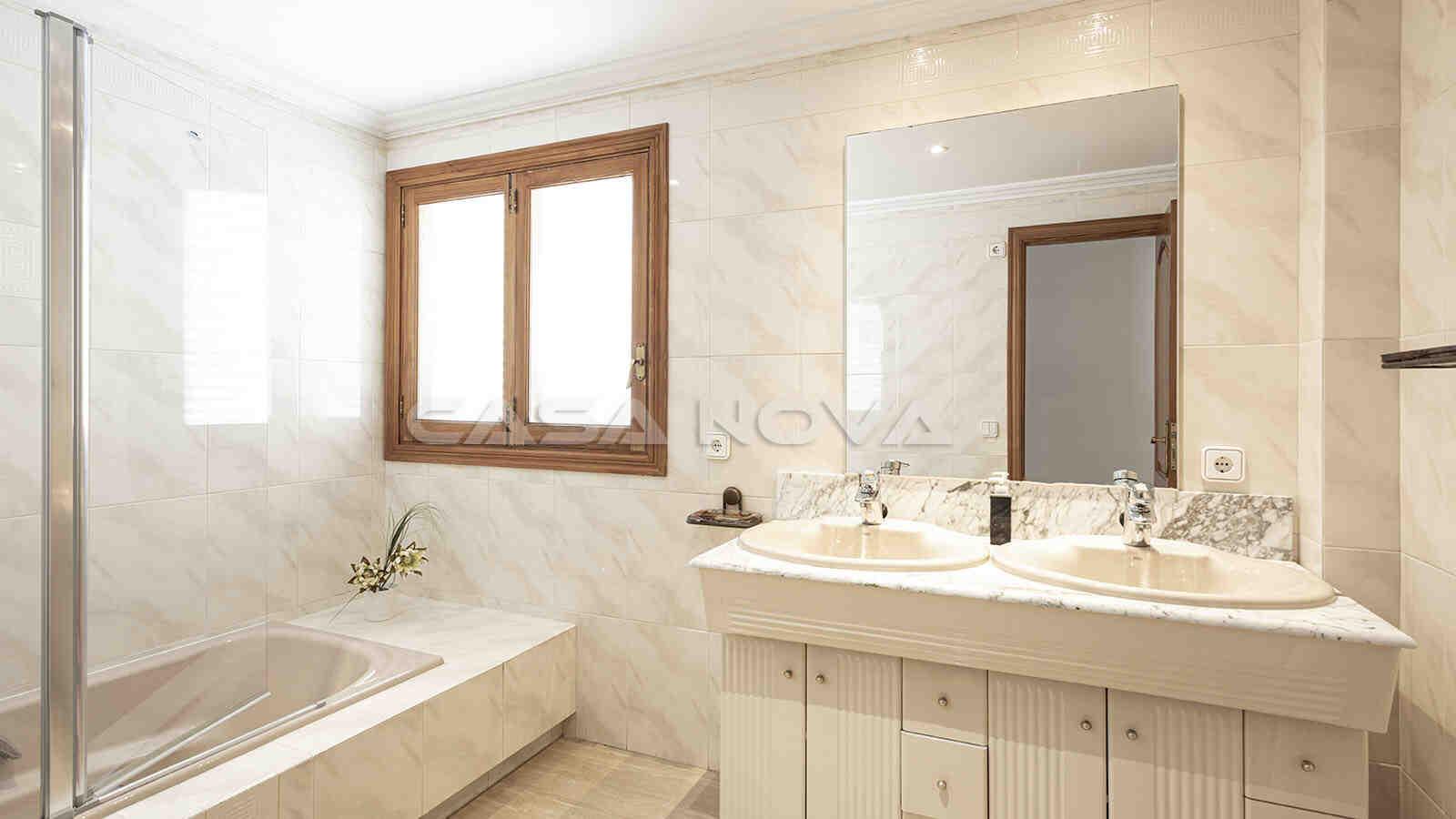 Helles Badezimmer mit Wanne und Dusche