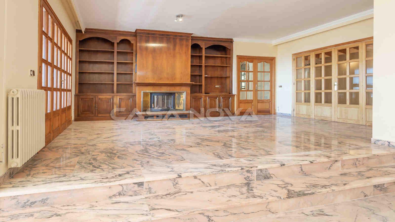 Schöner Wohnbereich mit Marmorboden