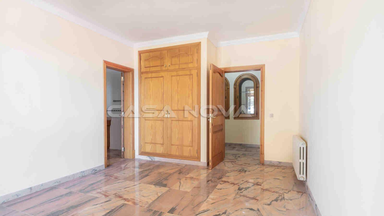 Edles Schlafzimmer mit Badezimmer en Suite
