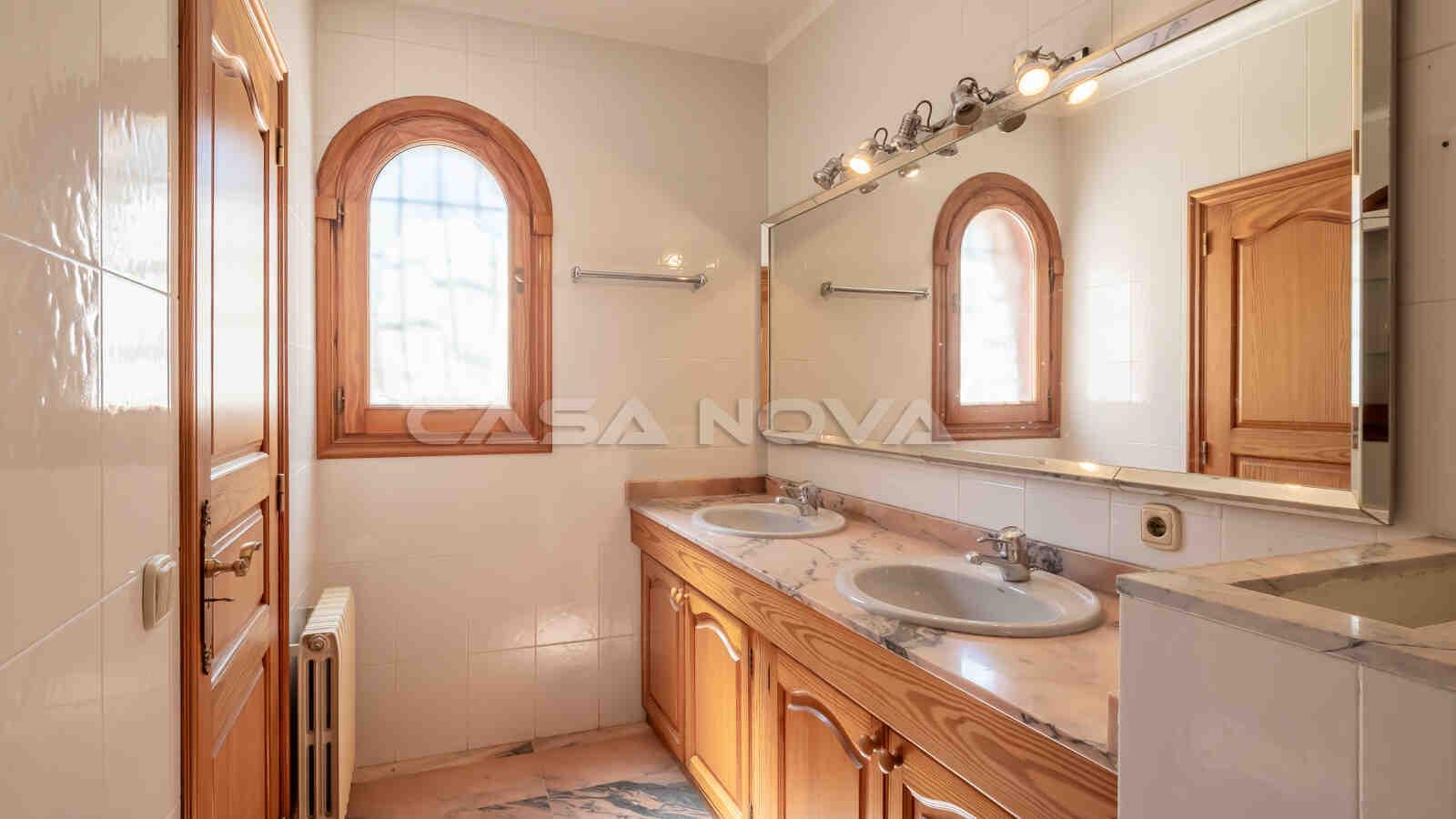 Großes Badezimmer mit vielen Gestaltungsmöglichkeiten