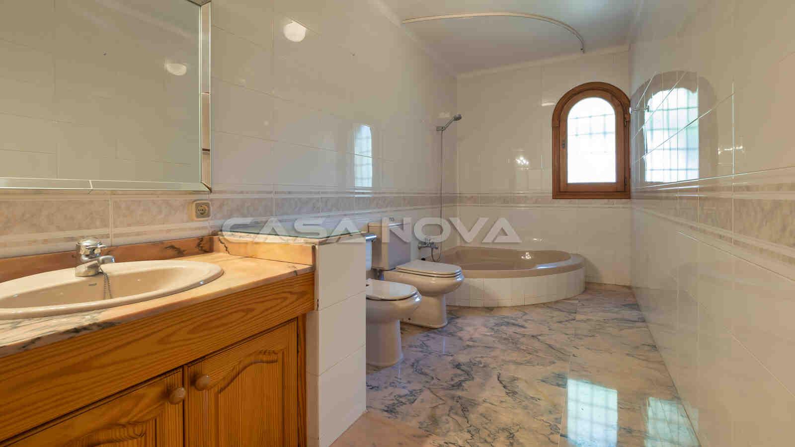 Großzügiges Badezimmer mit Marmordetails