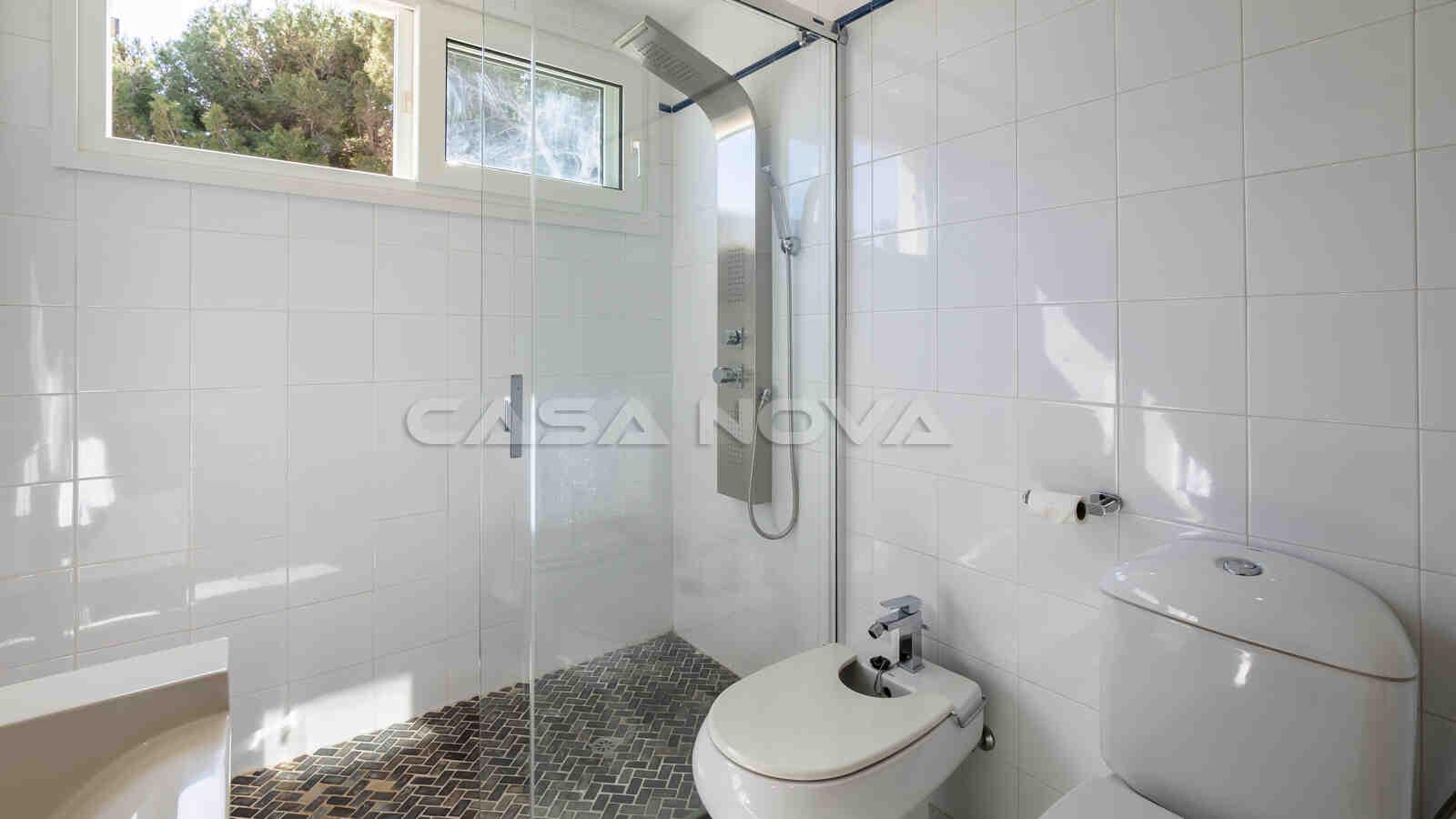 Modernes Badezimmer mit hochwertiger Ausstattung