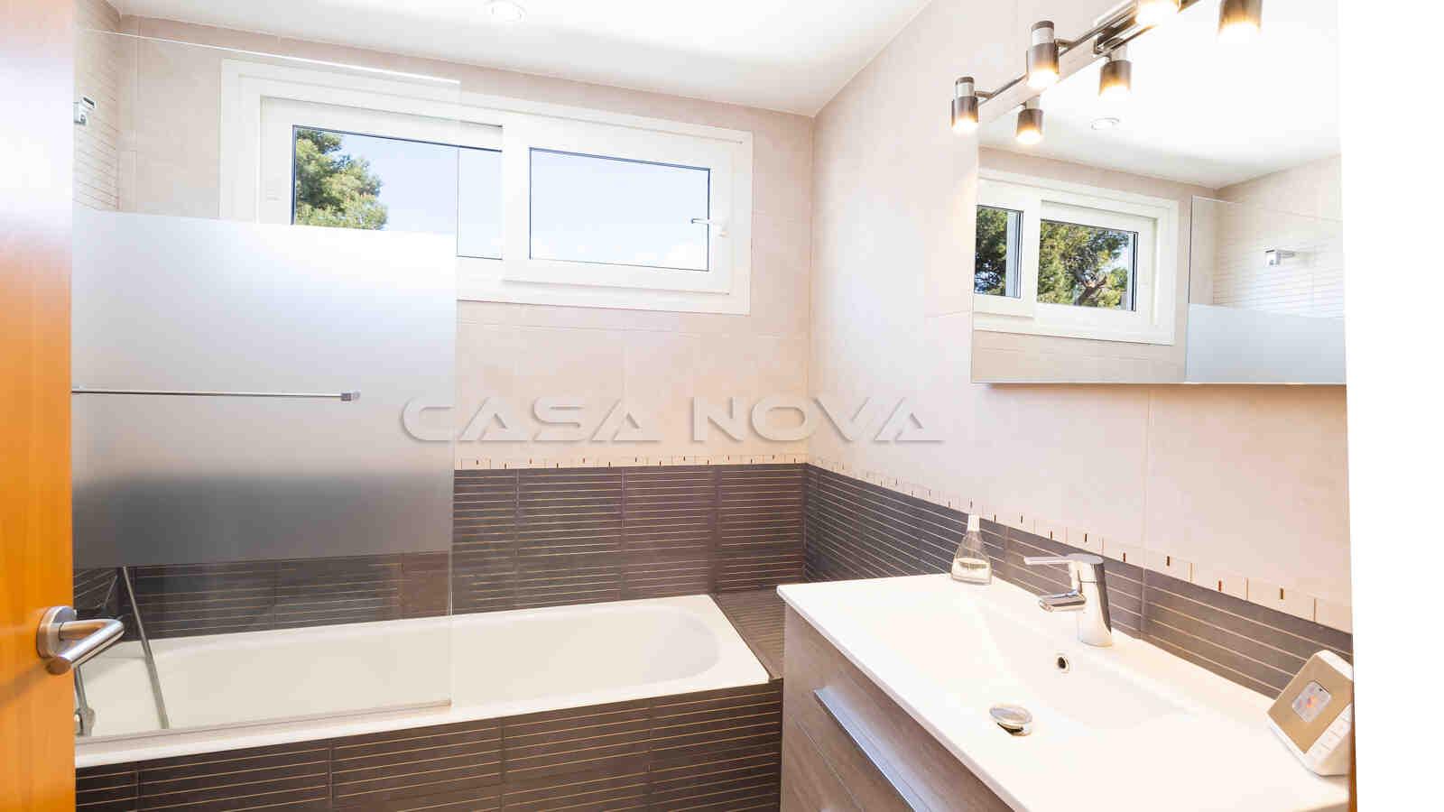 Helles Badezimmer mit großer Badewanne