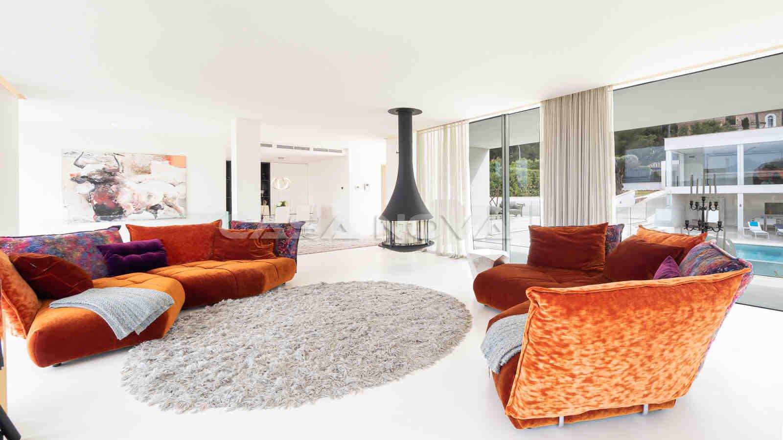 Geräumiges Wohnzimmer mit geschmackvoller Einrichtung