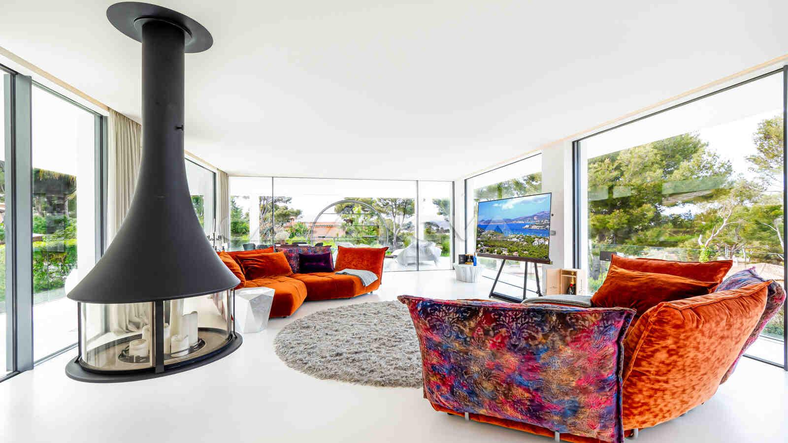 Stylisches Wohnzimmer mit modernem Kamin