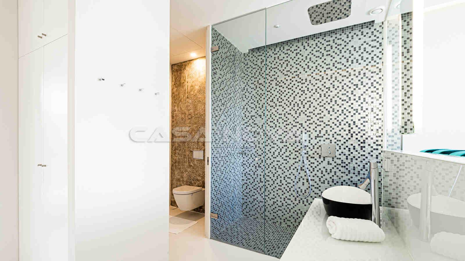 Hochmodernes Badezimmer mit Glasdusche