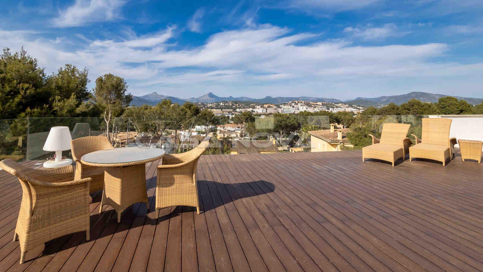 Eindrucksvolle Dachterrasse mit Panoramaweitblick