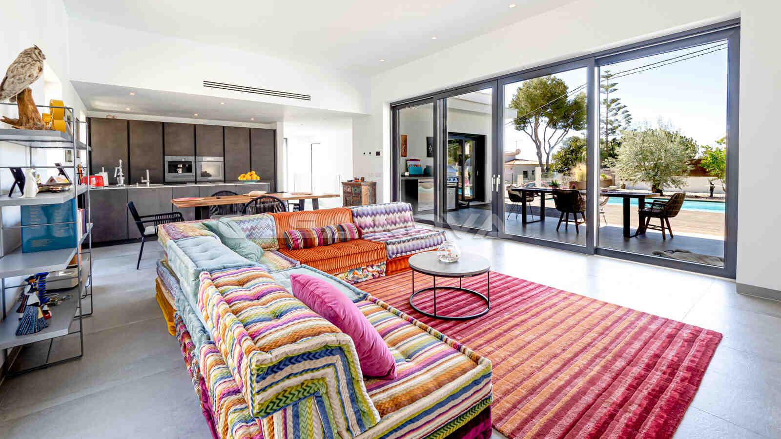 Stylisches Wohnzimmer mit Terrassenzugang