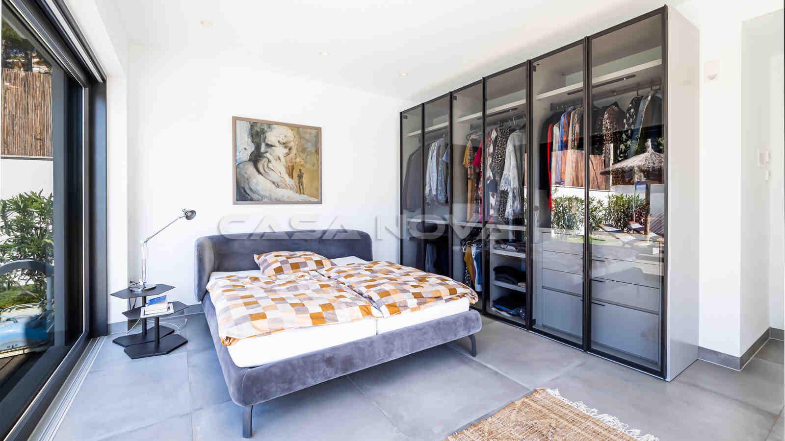 Charmant eingerichtetes Schlafzimmer mit Glasschrank