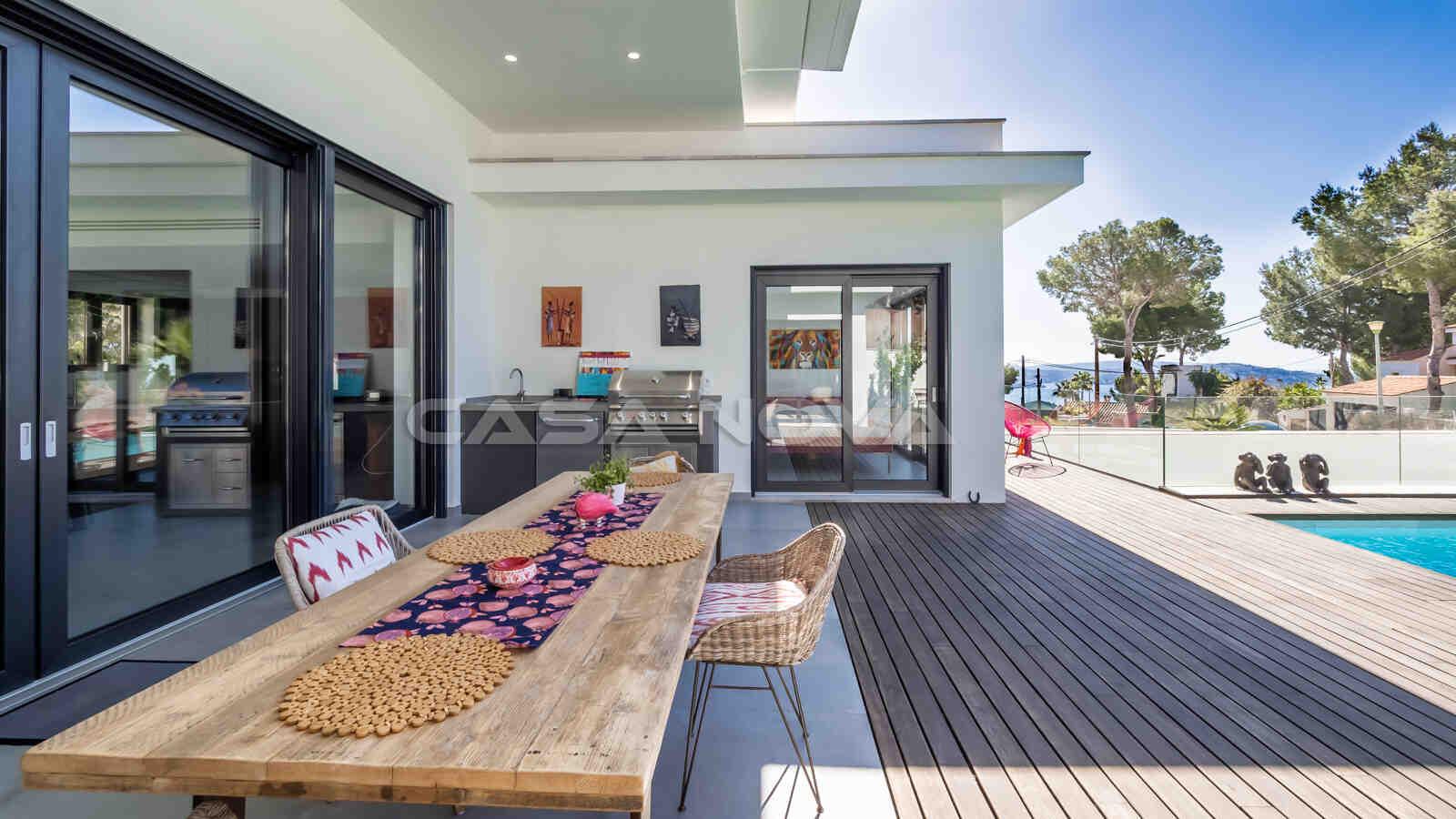 Einladender Loungebereich mit Sommerküche