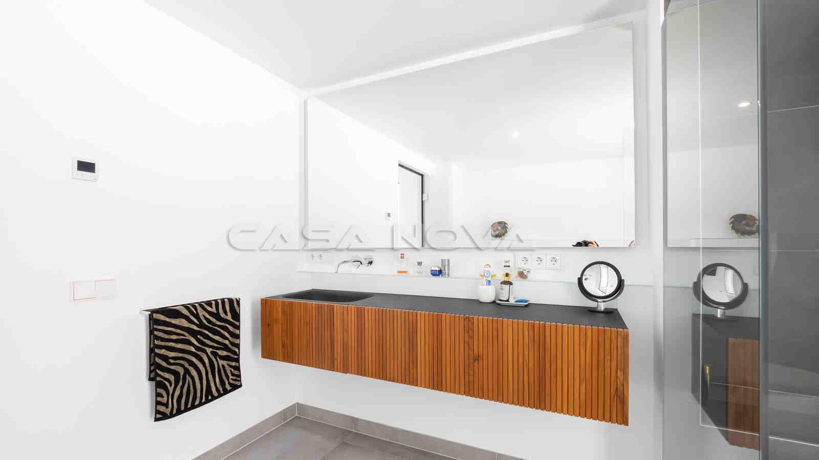 Stilvolles Badezimmer mit Doppelwaschbecken