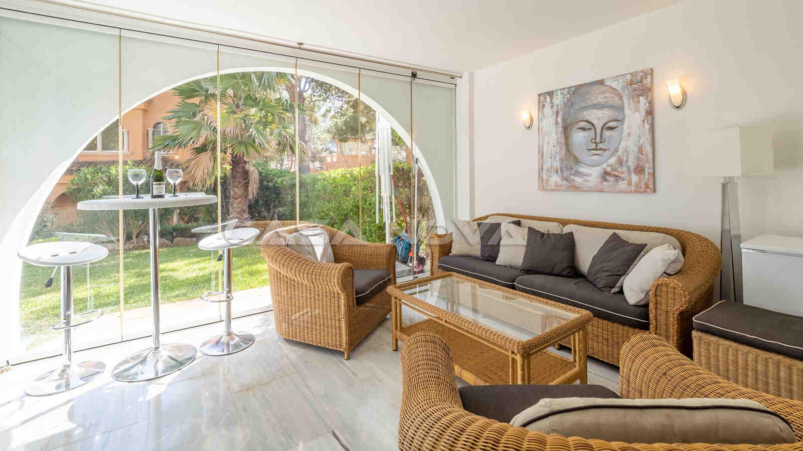 Überdachte Terrasse der Immobilie mit Chillout Lounge